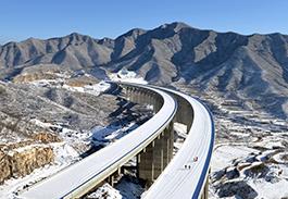 雪后初晴南要子特大桥(全线高墩最多的桥梁)